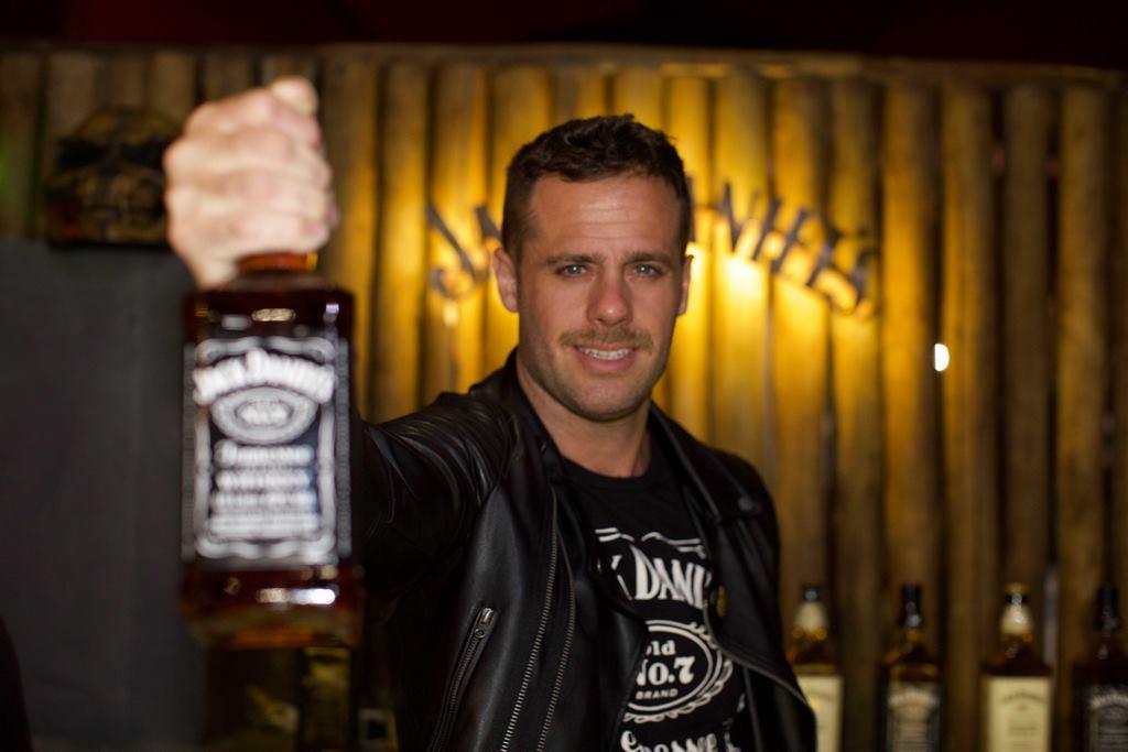 El brand ambassador de Jack Daniels Gustavo Vocke deleitando a los riders con los mejores tragos en el festejo