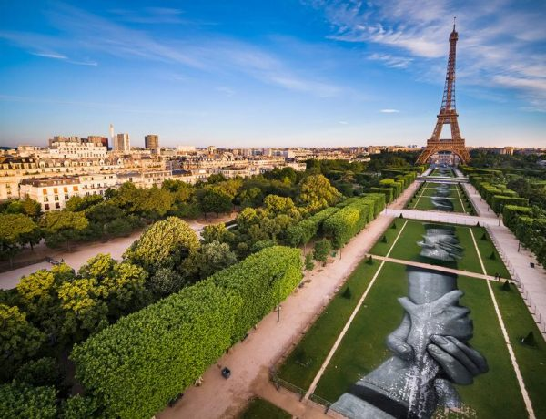 Mural Saype refugiados torre Eiffel  (7)