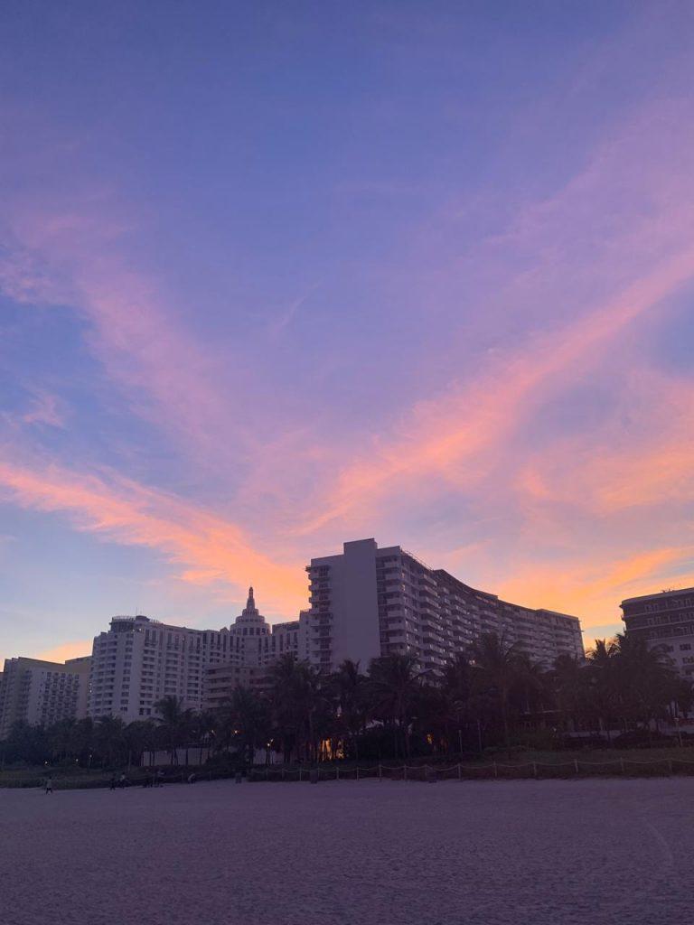 Un embotellamiento en la playa, la genial obra de Leandro Erlich en Miami (3)