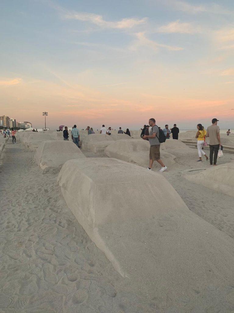 Un embotellamiento en la playa, la genial obra de Leandro Erlich en Miami (5)