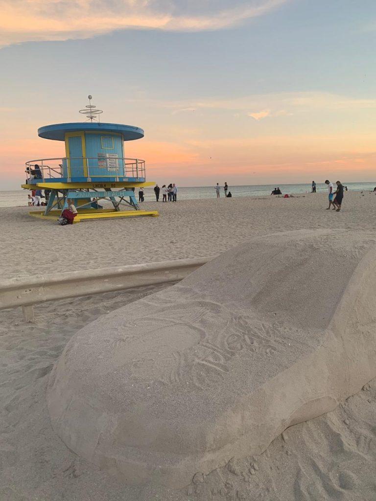 Un embotellamiento en la playa, la genial obra de Leandro Erlich en Miami (7)