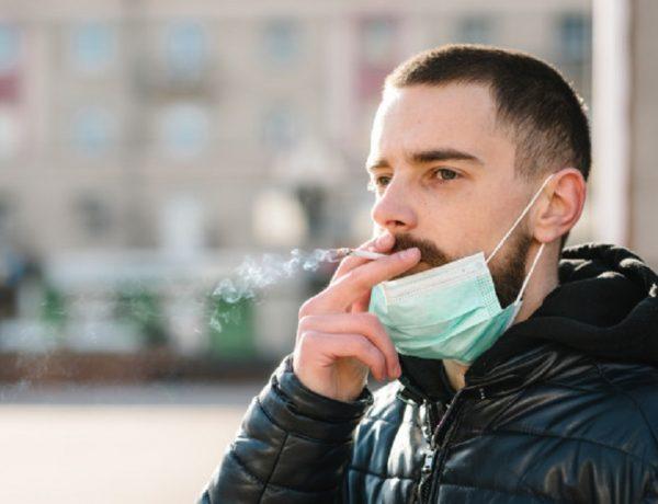coronavirus-fumar-closeup-hombre-mascara-pandemia-covid-19-fumando-cigarrillo-calle-fumar-causa-cancer-pulmon-otras-enfermedades-peligros-danos-tabaquismo_180731-160