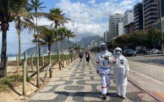 Tercio Galdino y su esposa Aliceia trajes de astronauta Copacabana Rio de Janeiro loqueva (10)