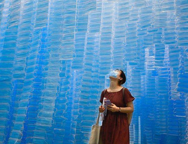 Presentan en China una instalación de cortinas con 117.539 barbijos  (13)