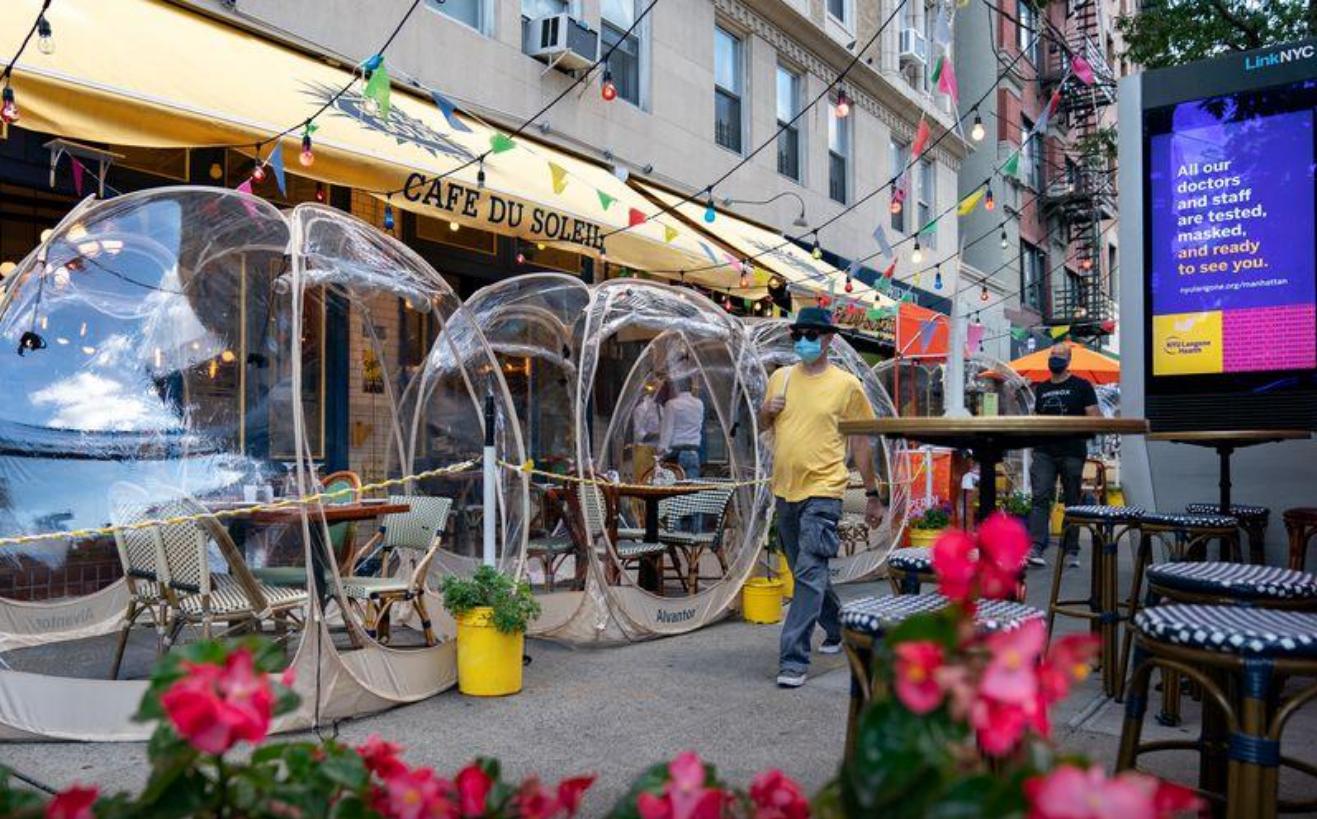 Un restaurante de Nueva York instaló burbujas espaciales para cenar al aire libre  (1)