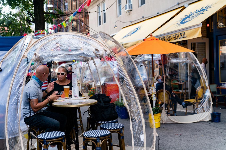 Un restaurante de Nueva York instaló burbujas espaciales para cenar al aire libre  (3)