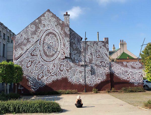 Artista pinta con aerosol un mural de encaje en un museo francés
