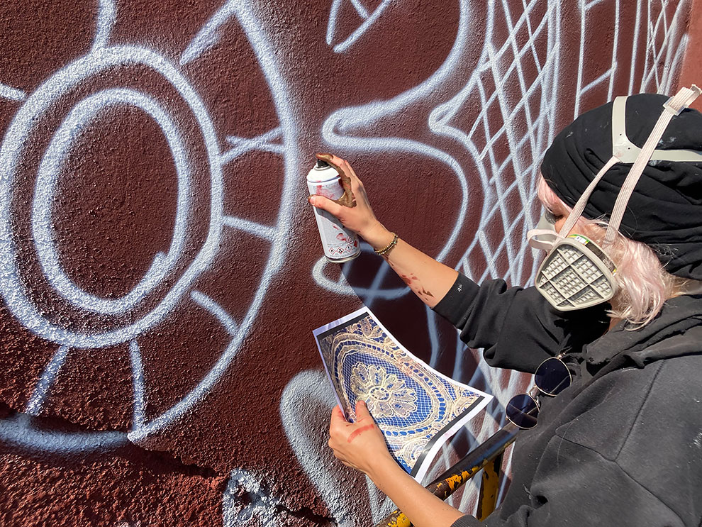 Artista pinta con aerosol un mural de encaje en un museo francés (3)