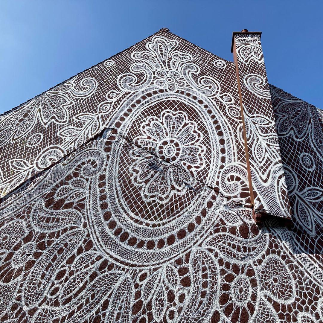 Artista pinta con aerosol un mural de encaje en un museo francés (6)