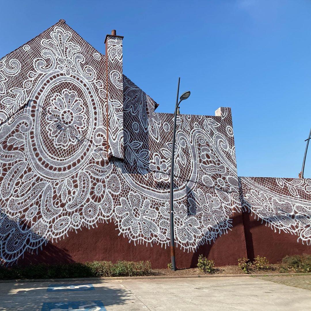 Artista pinta con aerosol un mural de encaje en un museo francés (7)