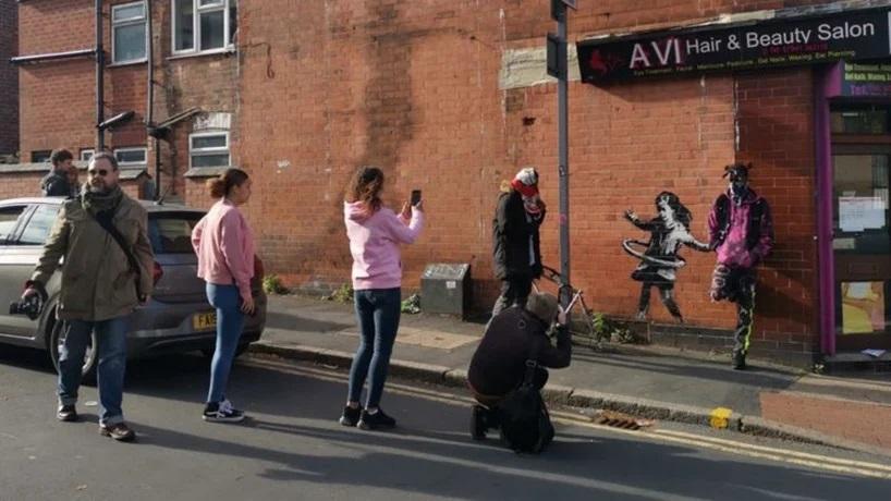 La nena jugando hula-hula, nueva obra de Banksy (2)