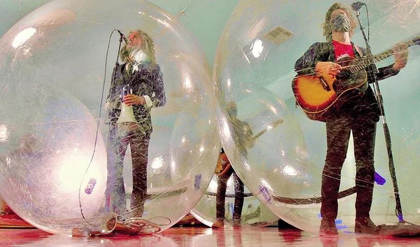 The Flaming Lips y un show con la banda y el público en burbujas de plástico (1)
