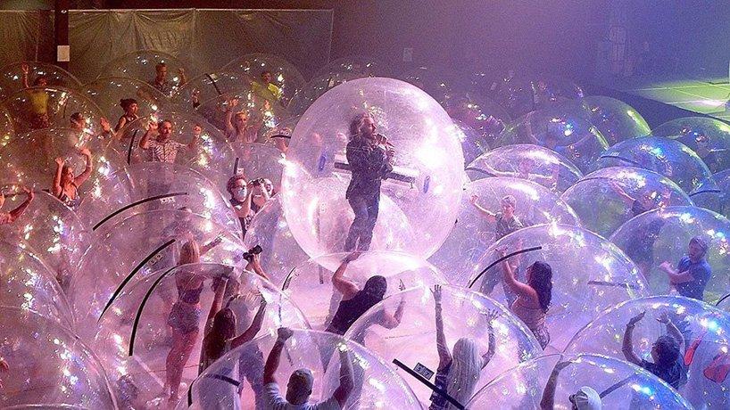The Flaming Lips y un show con la banda y el público en burbujas de plástico (2)