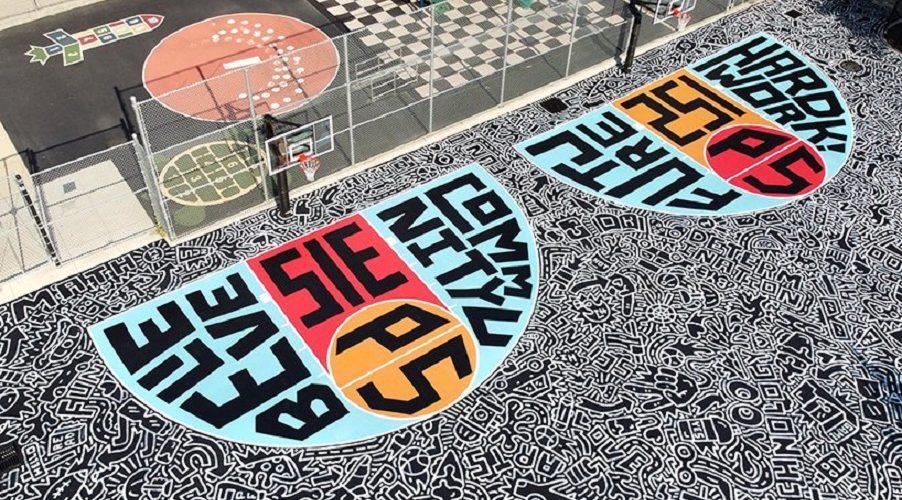 Timothy Goodman pinta una cancha de basquet para estudiantes en Brooklyn con la fundacion Kevin Durant (2)