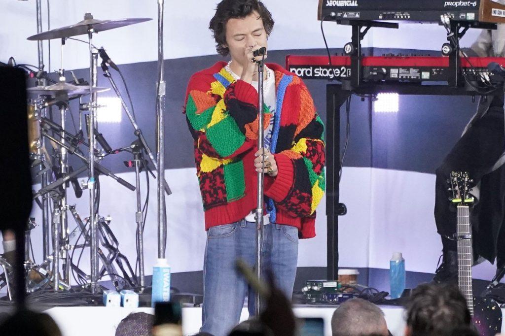 El colorido y célebre cárdigan de Harry Styles llega al museo
